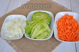 Пока сердце готовится, почистим все овощи и натрём на тёрке морковь и зеленую редьку, а лук нарежем.