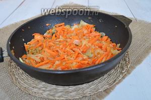 Обжарить лук и морковь на растительном масле до мягкости.
