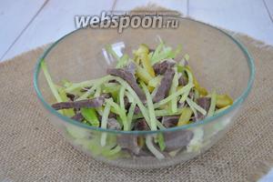 Выложить в миску зелёную редьку, корнишоны, сердце и нарезанную зелень.