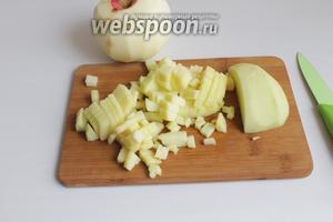 Почистим яблоки и порежем мелко.