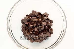Смешаем шоколад и оливковое масло. Растопим на водяной бане. Шоколад должен полностью раствориться.