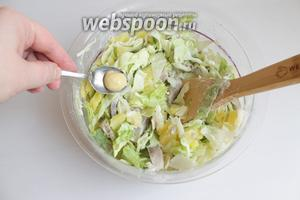 Добавляем майонез и немного горчицы. Салат перемешиваем. Не солим. Посыпаем зеленью.