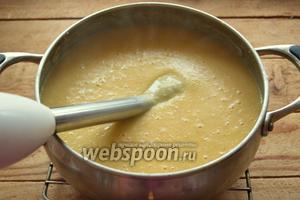 Проверьте суп на готовность гороха и картофеля. Они должны быть полностью готовы. Добавьте в суп соль, перец. Пюрируйте суп погружным блендером до однородности.