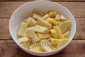 Очистите картофель. Нарежьте ломтиками.