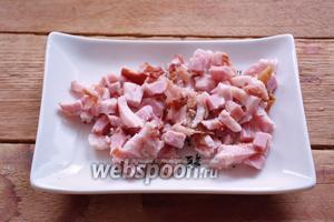 Бекон (грудинку) нарезать соломкой. Часть бекона отложите для подачи (около 40%).