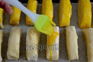 Смазать яичным желтком, смешанным с молоком. Выпекать в разогретой до 200ºC духовке около 18-20 минут до красивого золотистого цвета.