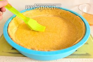Потом корж вынуть, убрать бумагу с фасолью. Смазать корж взбитым яйцом и поставить ещё на 5 минут в духовку. Так мы как бы слегка залакируем корж, чтобы тесто не намокло от жидкой начинки. Через 5 минут вынуть и оставить его в покое, пока готовим крем.