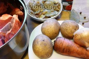 Подготовим продукты для груздянки. Овощи почистим. Мясо помоем, срежем плёнки и лишний жир.