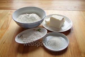 Для приготовления печенья нам понадобится мука, маргарин, сахарная пудра, а также сахар для обсыпания печенья.