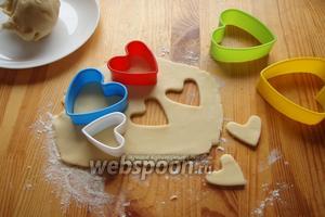 Затем наше тесто раскатываем на присыпанном мукой столе и, при помощи вырубок, выдавливаем сердца разной формы.