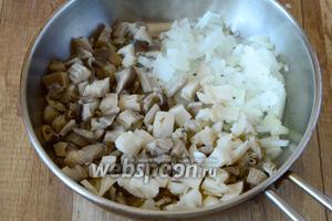 Вешенки порезать средними кубиками, репчатый лук порезать мелкими кубиками. Соединяем лук и грибы в разогретой сковороде с оливковым маслом. Обжариваем до готового золотистого состояния.