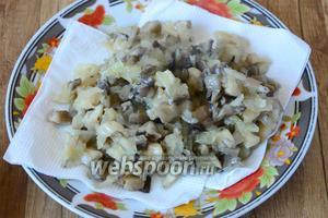 После того, как грибы обжарились их стоит выложить на тарелку с салфеткой, чтобы избавиться от лишнего масла. Даём грибам остыть.