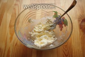 В глубокой миске разминаем маргарин с сахаром при помощи вилки.