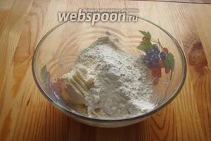 Далее сюда добавляем соль, ванильный сахар и муку.