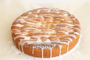 Когда пирог подостынет, поливаем сверху глазурью. Для этого, сахарную пудру смешаем с 1-2 ложками воды. Масса не должна быть жидкой. Приятного аппетита!