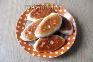 Пирожки с грибами, яйцом и зелёным луком готовы. Подаём со сметаной. Из указанного количества ингредиентов получается 13-14 штук.