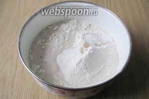 В просеянную муку наливаем молоко с сахаром и дрожжами.