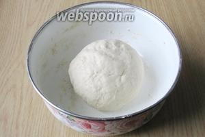 Замешиваем мягкое, эластичное тесто. Оно не должно липнуть к рукам. Накрываем его пищевой плёнкой и ставим в тёплое место.
