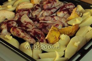 Айву и картофелины нарезать на продольные куски и также выложить на противень. Посолить и положить поверх птицы, айвы и картофелин кусочки сливочного масла. Можно полить и растительным, но со сливочным получается вкуснее.