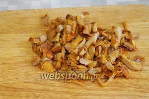 Разморозить и нарезать грибы.