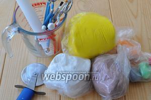 Для оформления подготовим мастику разного цвета. Для обтяжки авто беру жёлтую мастику (1 кг), размеры торта приличные и поэтому мастики нужно подготовить достаточно.