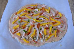 Болгарский перец режем соломкой. Маринованный перец чили режем тонкими кольцами. Равномерно распределяем на тесто.