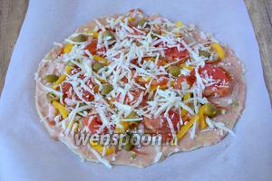 Твёрдый сыр натереть на крупной тёрке. Посыпать пиццу сыром. Ставим пиццу в разогретую, до 200ºC духовку на 15-20 минут.