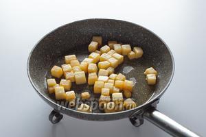 Обжарить репу в сливочном масле с сахаром до готовности (10-15 минут). Готовностью считается лёгкое пожелтение и прозрачность.
