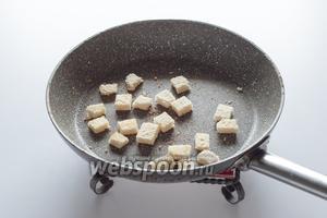 Пока репа варится в бульоне, самое время подсушить гренки.