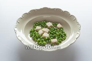 Карем предписывает следующую сервировку: гренки и зеленый горошек выкладываются в порционные тарелки...