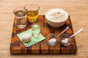 Для начала приготовим тесто. Для этого нам понадобится 1 стакан воды, 1/4 стакана подсолнечного масла, 1 рюмка водки, 1 яйцо, соль, сахар и 2 стакана муки.