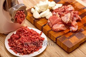 Пока тесто стоит, приготовим фарш. Для этого свинину и говядину нарежем кусками и пропустим через мясорубку вперемешку с репчатым луком.