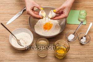 В большую глубокую тарелку высыпаем 1/2 муки и разбиваем в неё яйцо.