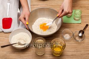 Добавляем туда 1 чайную ложку соли без верха и 1/2 чайной ложки сахара.