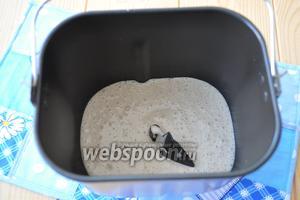 В ведёрко хлебопечи влить воду, закваску, соль и мёд.