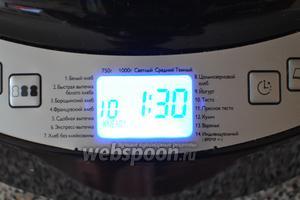 Поместить ведёрко в хлебопечь и выбрать режим «тесто». Время появится автоматически — 1 час 30 минут.