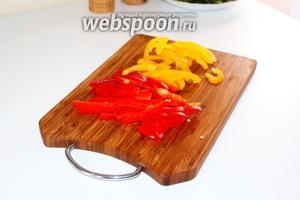 Болгарский перец (у меня 2-х цветов — по половинке каждого) нарезать на тонкие полоски.