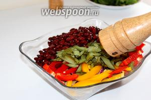 Соединить все нарезанные ингредиенты, добавить фасоль и приправить по вкусу.