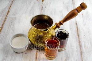 Тем временем приготовить пропитку. Для этого сварить кофе (взять 2 ч. л. кофе на 250 мл воды), сахар, коньяк и сироп кленовый.