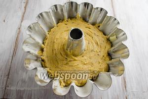 Подготовить форму. Смазать стенки формы сливочным маслом 10 г. Слегка присыпать мукой. Выложить тесто в форму. Поставить в горячую духовку. Выпекать 60-70 минут при температуре 175°С до сухой лучины.