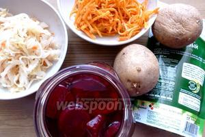 Для салата нам понадобится квашеная капуста, маринованная свёкла, морковь по-корейски. А также картофель, который нужно пожарить, и майонез для заправки.
