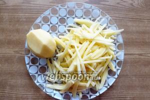 Картофель нарежем мелкой соломкой.