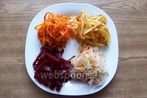 На тарелку выкладываем одинаковыми порциями все ингредиенты.