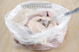 Предлагаю замариновать курицу так, чтобы не пачкать руки. Для этого выложите кусочки в пищевой пакет, добавьте йогуртовый маринад и лавровый лист.