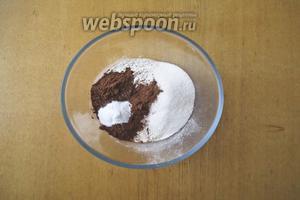 Добавляем какао и сахар. На этом шаге вы можете повлиять на вкус вашего блюда. Если вы сладкоежка, то возьмите сахар в полном объёме. Лично я не фанат сладкого и в этом рецепте использую всегда только 4 столовых ложки сахара с небольшой горкой. Добавим соду и разрыхлитель.