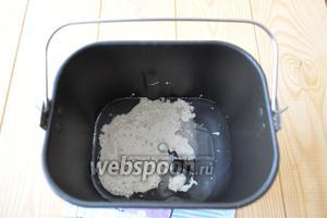 Закваску, воду, соль и сахар поместить в ведёрко мультиварки.