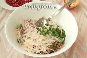 Добавить в салат измельчённую петрушку или кинзу, если вы предпочитаете её. В моей семье кинзу не любят.