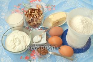Для приготовления пирога нам понадобится мука пшеничная, яйца, сметана, сливочное масло, грецкие орехи, сода, сахар и корица.