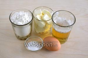 Подготовьте необходимые ингредиенты: пшеничную муку общего назначения, пиво светлое, масло сливочное размягченное, яйцо, соль и сахар.