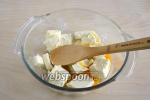 Размягчённое масло, яйцо, соль и сахар размешайте лопаточкой. Можно не добиваться однородности,а просто соединить вместе.